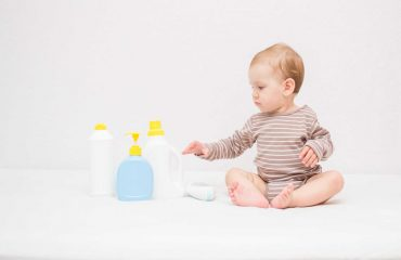 Szampon i balsam dla małego alergika. Jakie kosmetyki stosować na atopowe zapalenie skóry?